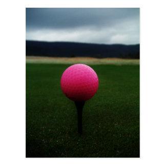 Postal Pelota de golf rosada en un campo de golf de la