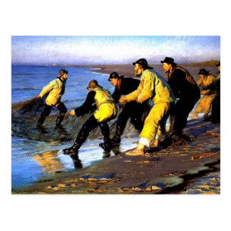 Postal Pescadores que acarrean la red en la playa del