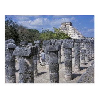 Postal Pilares de piedra antiguos en Chichen Itza.