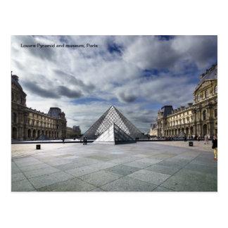 Postal Pirámide y museo del Louvre en París