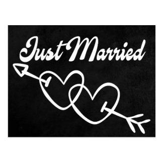 Postal Pizarra negra apenas casada casando corazones
