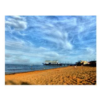 Postal Playa brillante serena con el embarcadero y las