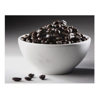 Postal Primer de un cuenco por completo de granos de café