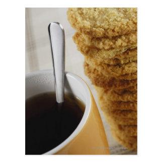 Postal Primer de una taza de café con las galletas