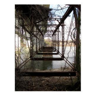 Postal Puente abandonado en la isla de la belleza