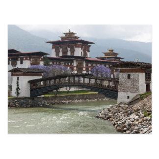 Postal Puente Cantilevered cerca del palacio de Punakha