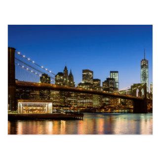 Postal Puente de Manhattan y de Brooklyn en la oscuridad