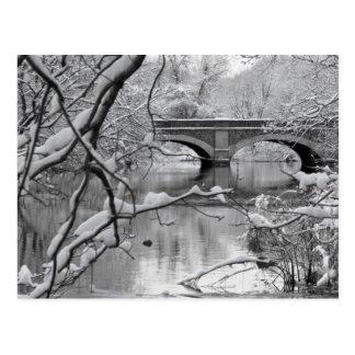 Postal Puente del arco sobre el río congelado en invierno