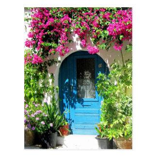 Postal Puerta azul enmarcada con el bougainvillea hermoso