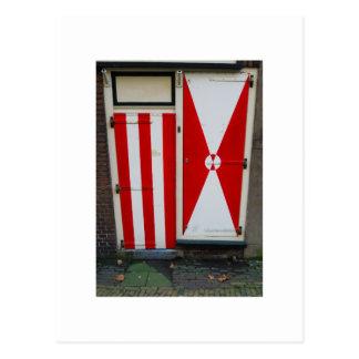 Postal Puertas rojas y blancas de la fotografía holandesa
