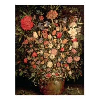 Postal Ramo grande de flores en una tina de madera