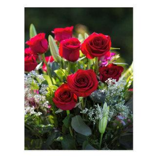 Postal Ramo romántico brillante del rosa rojo