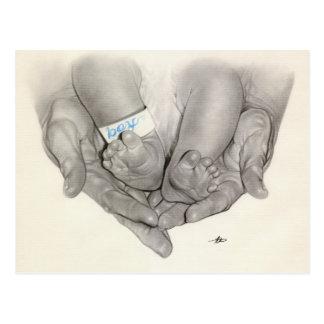 Postal recién nacida de las manos de los pies del