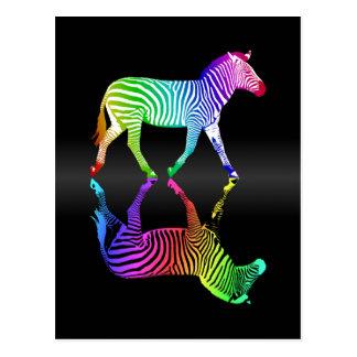 Postal Reflexión colorida de la cebra del arco iris