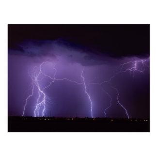 Postal Relámpago púrpura en una tempestad de truenos del