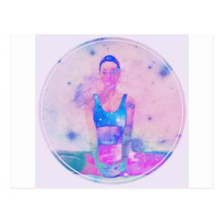 Postal Rosa de la serie del chica de la yoga de Dharma