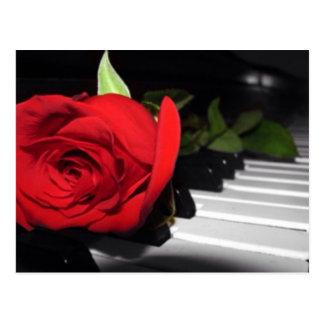 Postal Rosa rojo en piano