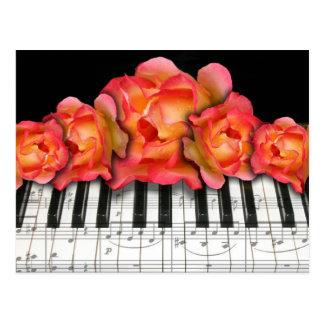 Postal Rosas del teclado de piano y notas de la música
