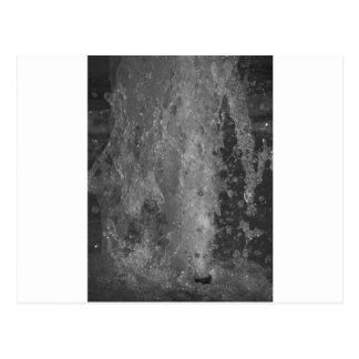 Postal Salpica del agua de la fuente (blanco y negro)