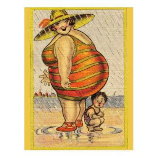 Postal Señora gorda divertida en la playa