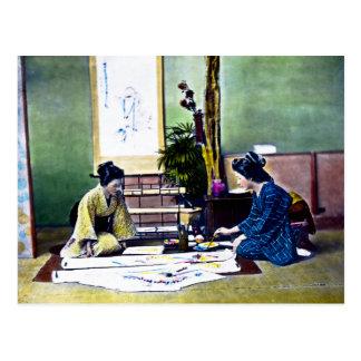 Postal Señoras japonesas que pintan un kimono tradicional
