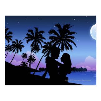 Postal Silueta de un par que abraza en la playa