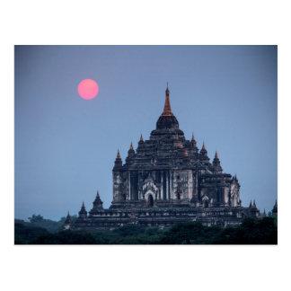 Postal Templo budista en la puesta del sol
