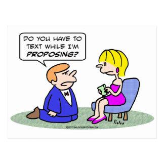 Postal Textos del chica mientras que el individuo propone