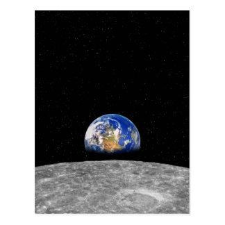 Postal Tierra del planeta que sube sobre la luna