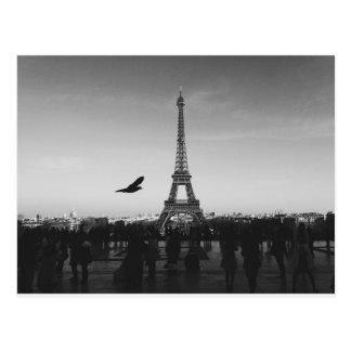 Postal Torre Eiffel romántica de París blanco y negro