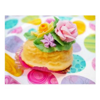 Postal Torta miniatura del huevo con las flores de la