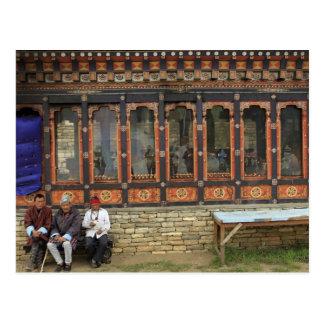 Postal Tres hombres se sientan en un banco en el Chorten