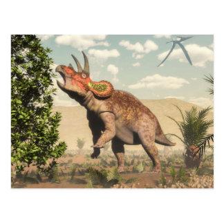 Postal Triceratops que come en el árbol de la magnolia -