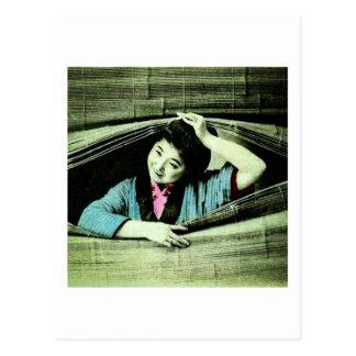 Postal Un geisha japonés del vintage que mira a
