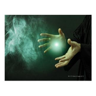 Postal Un mago de la fantasía que hace magia con sus