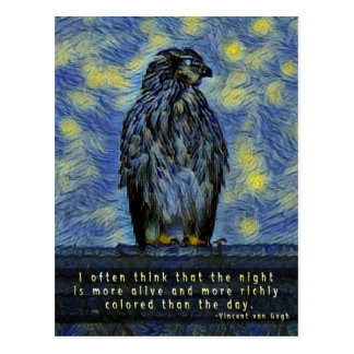 Postal Un pájaro del halcón en un tejado en una noche