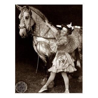 Postal Un vintage del chica y del caballo del circo