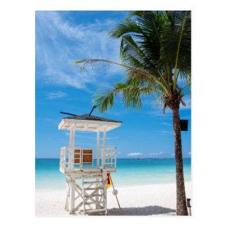 Postal Una playa blanca del poste el | del salvavidas,
