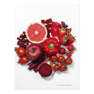 Postal Una selección de frutas y de verduras rojas