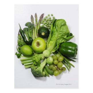 Postal Una selección de frutas y de verduras verdes