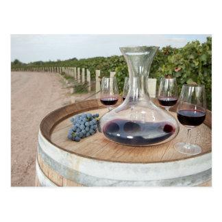 Postal Vino rojo en viñedo