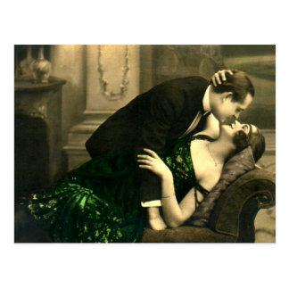 Postal Vintage romántico francés del beso del amor