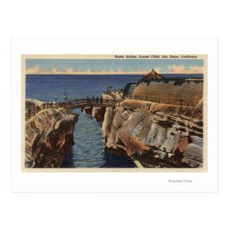 Postal Vista de los acantilados rústicos del puente y de