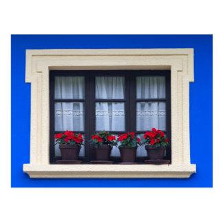 Postal Vivienda residencial con las flores en ventanas