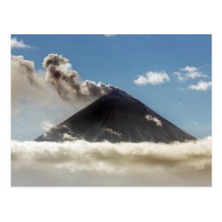 Postal Volcán hermoso de Klyuchevskoy de la erupción.