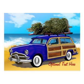 Postal Woodie que practica surf con el árbol de navidad