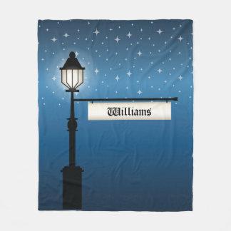 Poste antiguo de la lámpara en la noche con manta polar