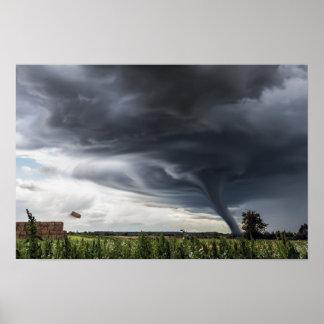 Póster Balas de heno de elevación del tornado en una