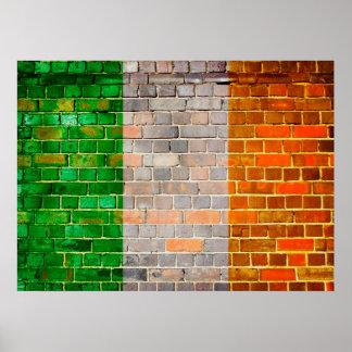 Póster Bandera de Irlanda en una pared de ladrillo