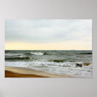 Póster Barcos y oleaje desde la orilla de la playa